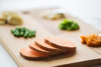 sliced-pumpkin-on-wooden-board-PMZ7MZ4