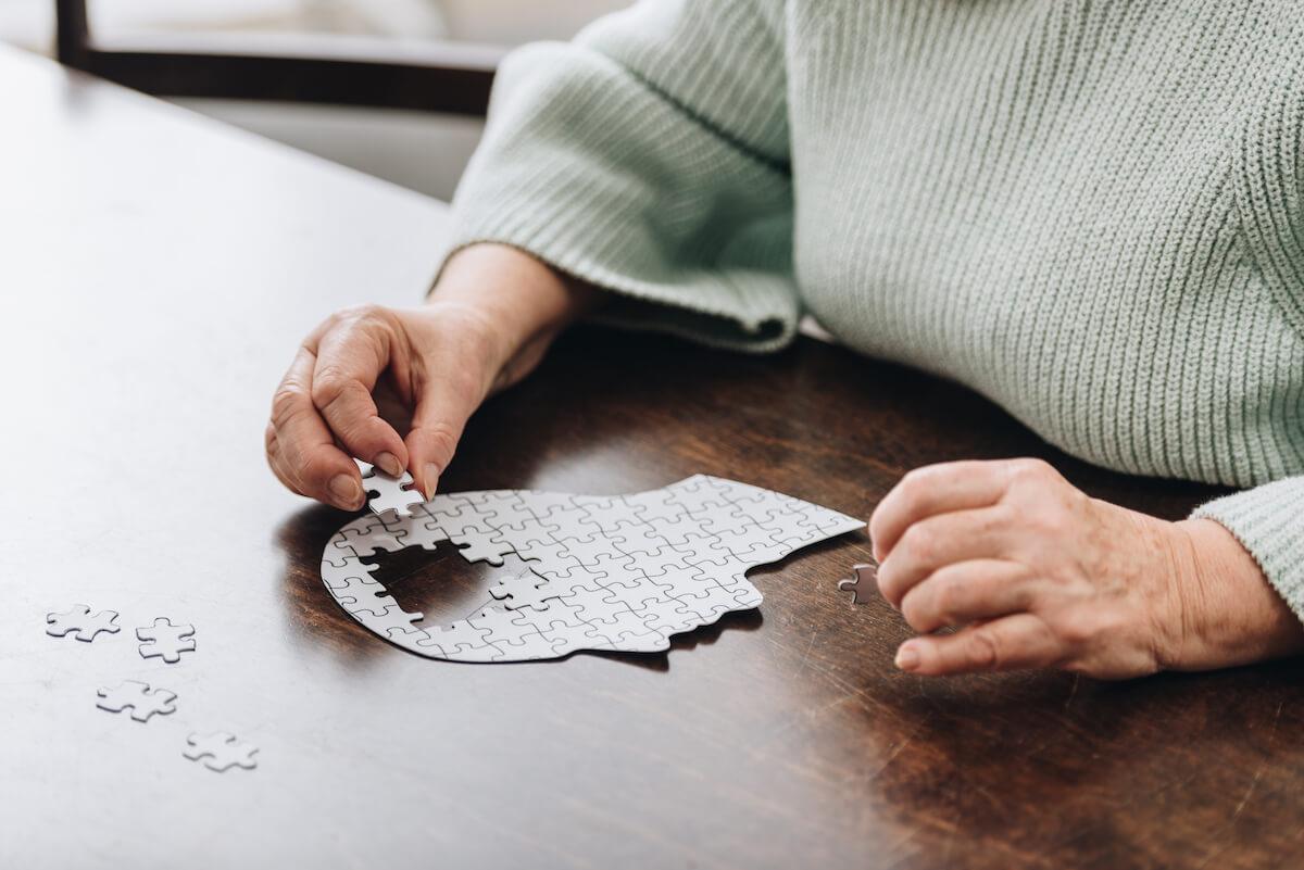 senior woman doing brain puzzle_activities for brain health