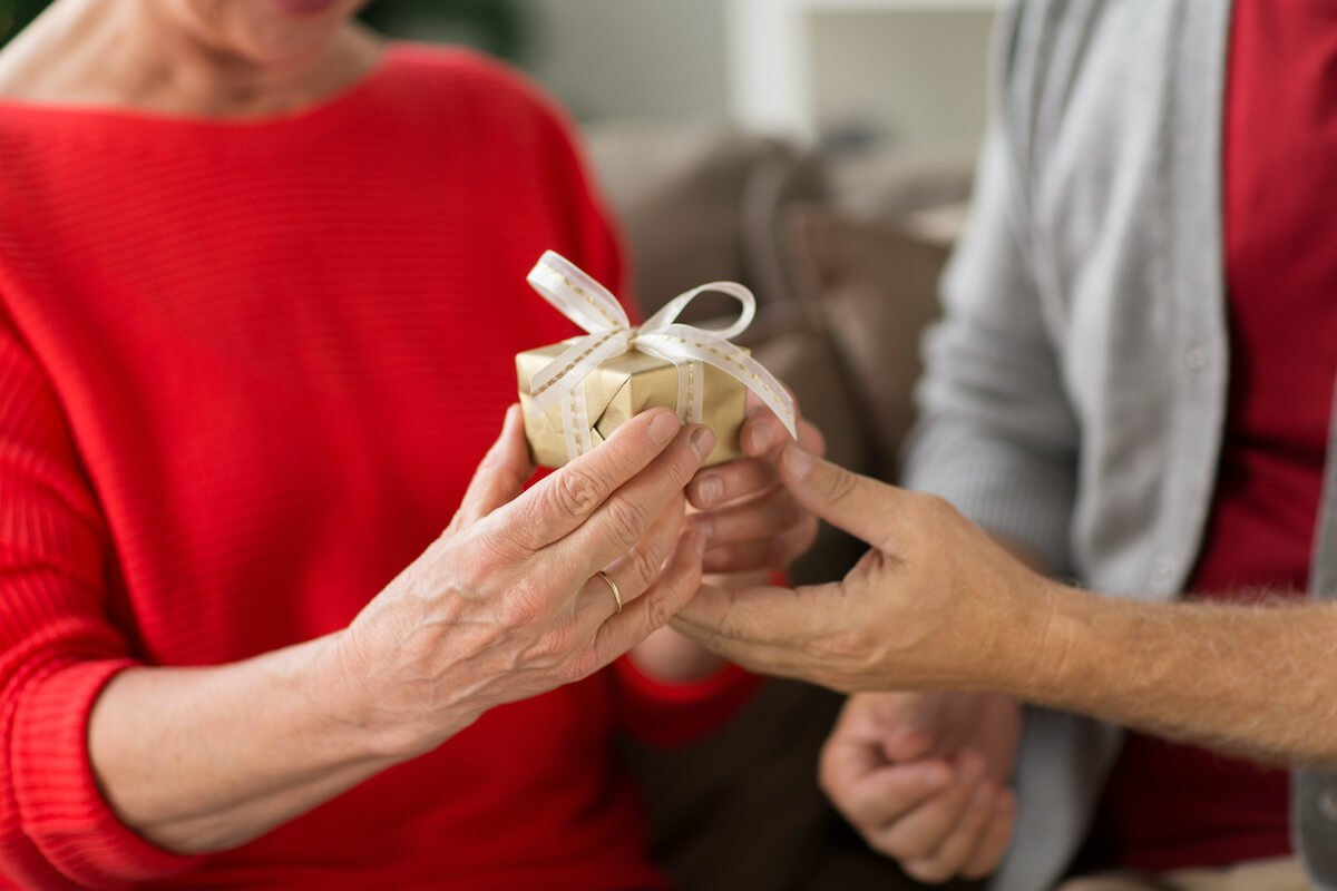 senior couple exchanging gifts_gift ideas for seniors